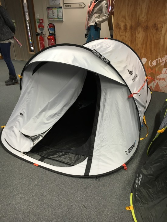"Een ""frisse en donkere"" tent black&white. Je tent blijft koel, en donker zodat je lekker kan uitslapen"