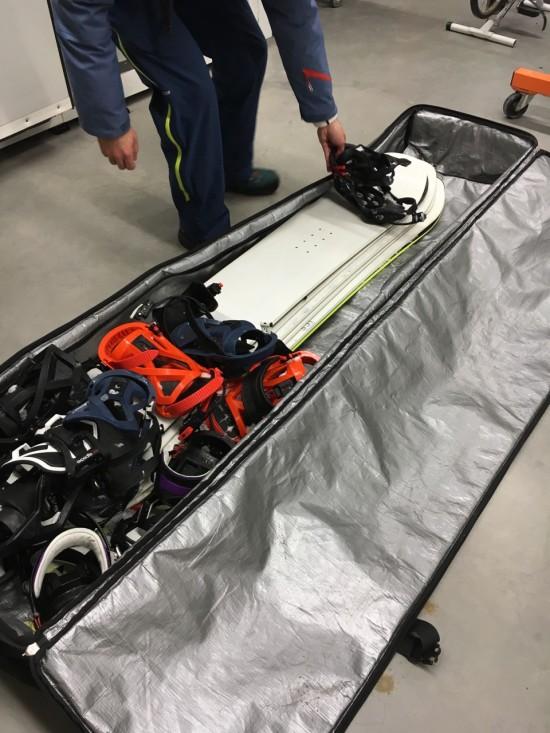 de snowboard prototypes komen net binnen van hun on-piste test